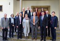: Die Visitierenden um Superintendent Hans-Martin Böcker (3.v.r.) und Mitglieder des Presbyteriums tauschten sich über die Ergebnisse der Besuche beim Empfang aus.