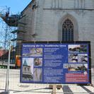 Eine Wandzeitung informiert am Bauzaun über die Sanierung.